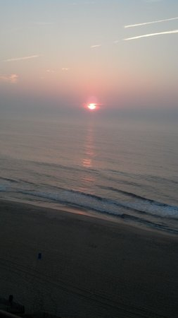 Dunes Manor Hotel & Suites: Early morning view of the sunrise from the balcony