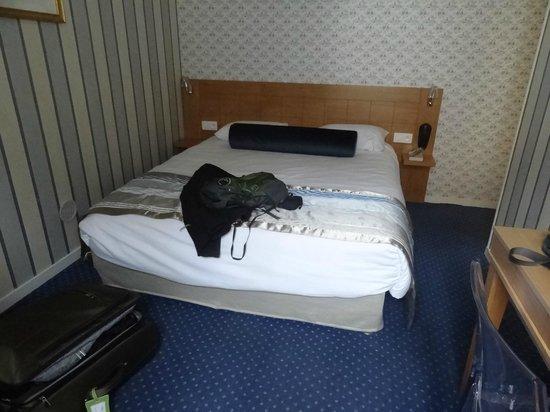 Hotel Romance Malesherbes : Chambre dos à le fenêtre