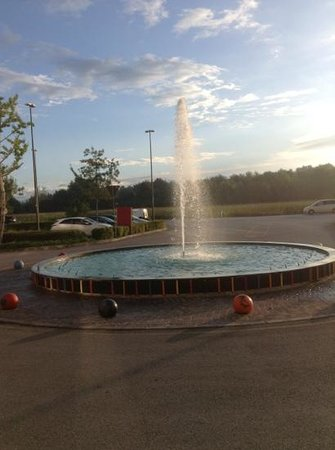 Crowne Plaza Padova: fountain in front of hotel