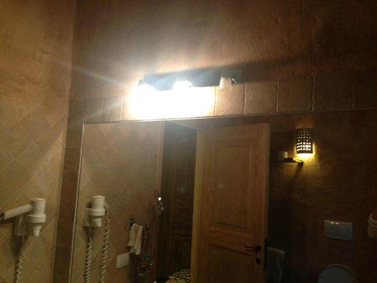Petra Segreta Luxury Resort & Spa : Broken light in bathroom - not fixed