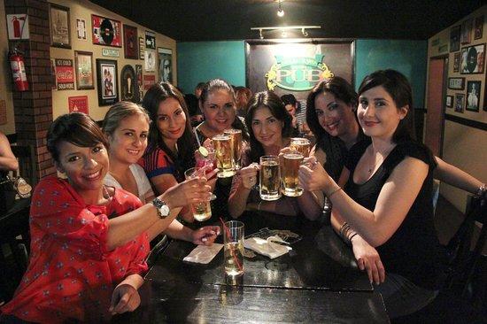 Lucky Irish Pub: Festejando cumpleaños.