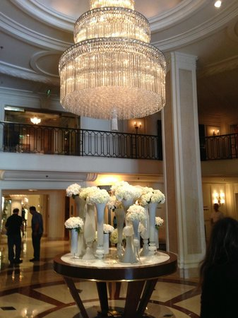 A Day in LA Tours : hall du wilshire beverly hills hotel