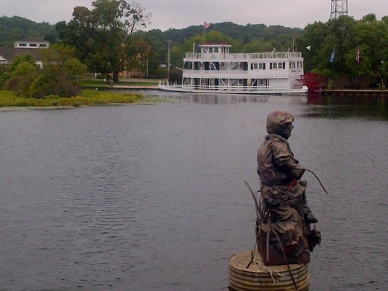Main Street Inn: View of the troll and river boat
