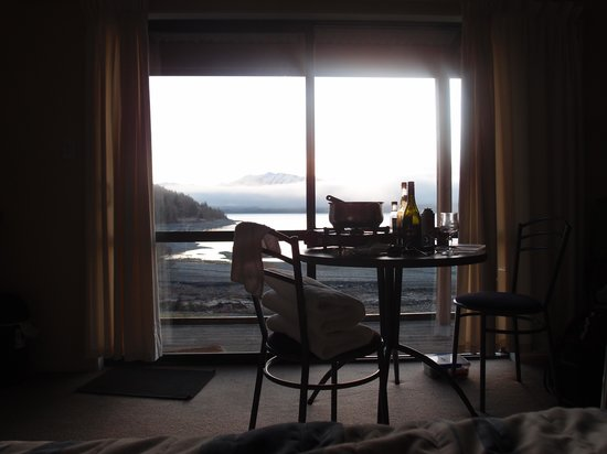 Lake Tekapo Motels & Holiday Park: View from the bed in next morning