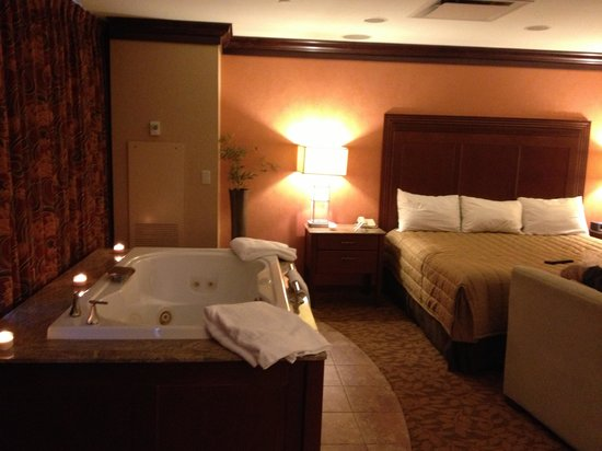 Seneca Allegany Resort & Casino : Jacuzzi is right next to the bed, which we loved!