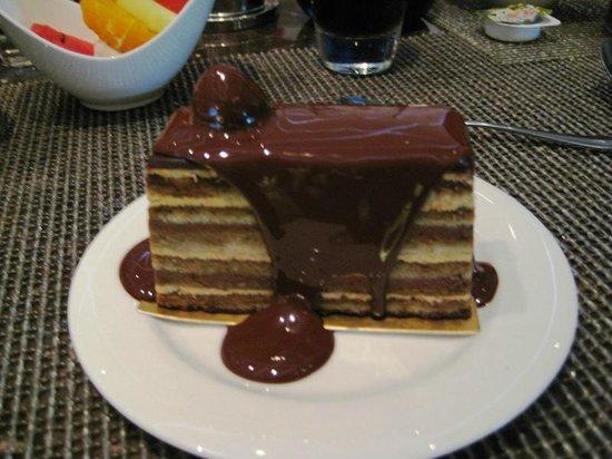 Hotel Mulia Senayan, Jakarta: Deliciosa Torta Alemã com Calda Quente de Chocolate