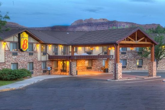 Super 8 Moab: Hotel Exterior during twilight