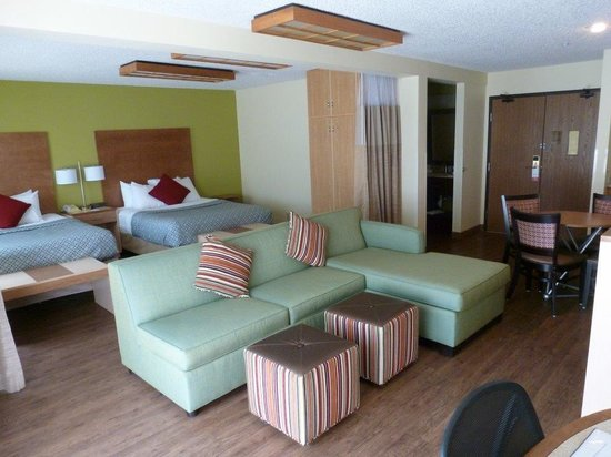Super 8 Moab: Deluxe suite with 2 queen beds and living area