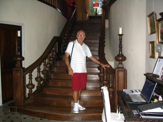 Domaine de la Vivarié : l'escalier dans le hall d'entrée