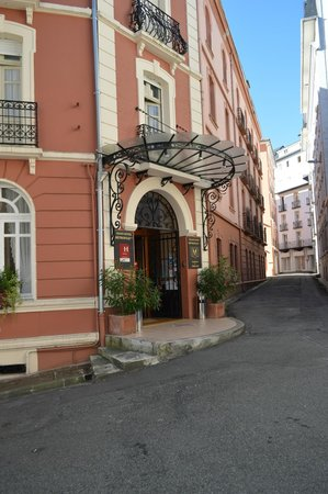 Hotel Metropole: Exterior view showing typical narrow roads in the Old Town.