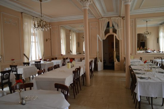 Hotel Metropole: Other view of dining room. Note the huge mirrors at the end.