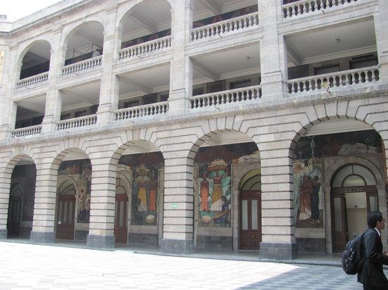 Murales de Diego Rivera en la Secretaría de Educacion Publica: Desde el patio interior