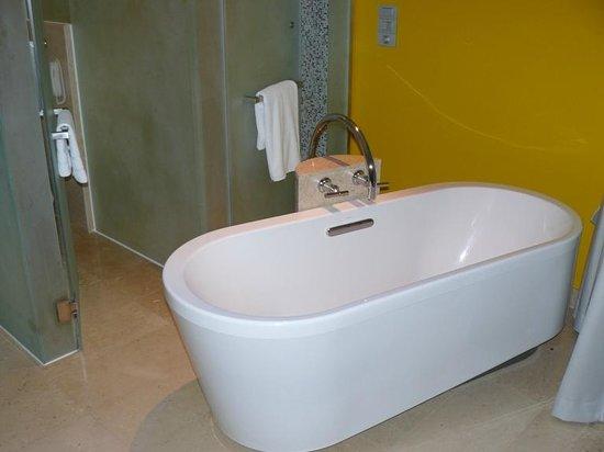 LiT BANGKOK Hotel : Bath in the room