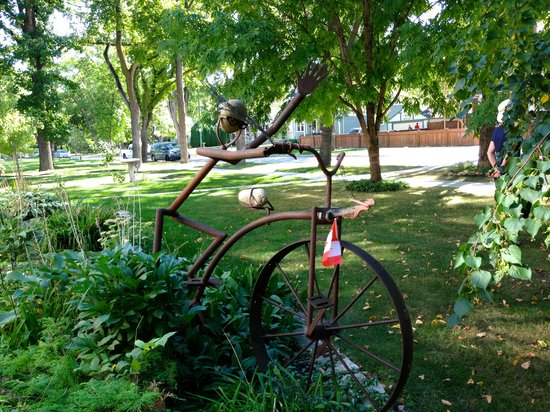 Galbraith House : A whimsical sculpture reflecting Hsband Lindsey's long history in Cycling.