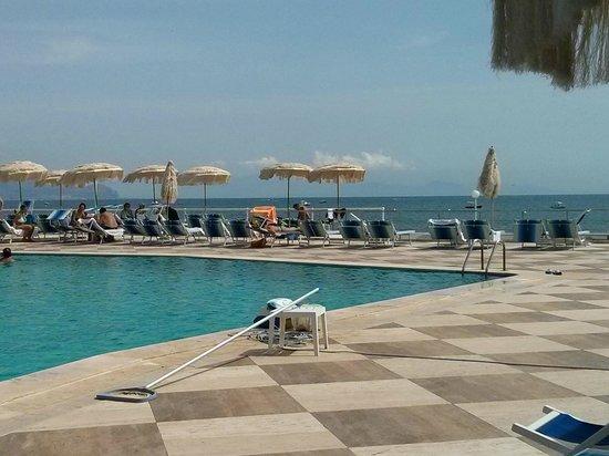 Hotel Maga Circe: The pool area overlooking the sea
