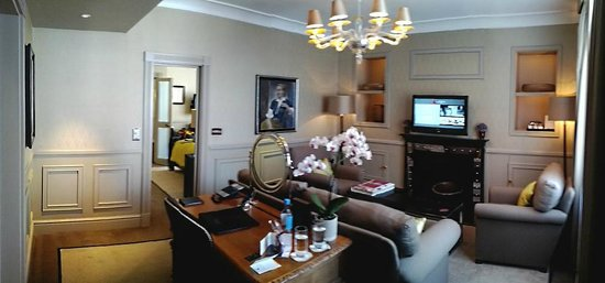 St. James's Hotel and Club: Junior Suite Living Room