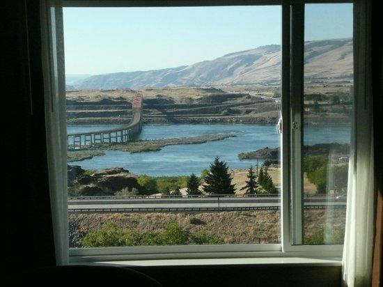 Celilo Inn: Front window