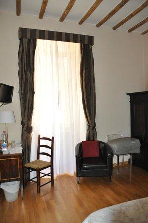 Urbana 33 b&b : detalle de la habitación nº2 escritorio y ventana
