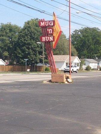 Mug-n-Bun Drive-In Restaurant : sign at the road