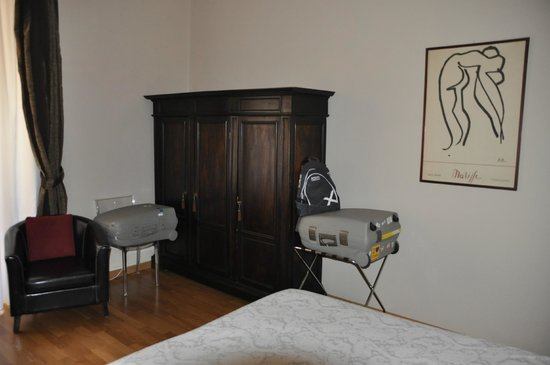 Urbana 33 b&b : detalle de habitación armario y sofa junto a la ventana