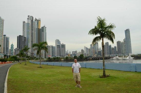 Plaza Paitilla Inn: caminando por Paitilla y costanera de Panama City de fondo la Punta Paitilla