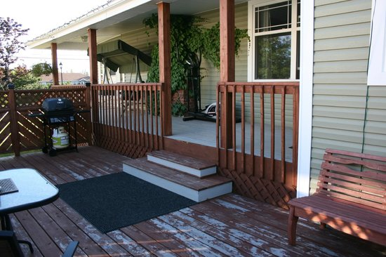 Heritage Classic Inn: side deck