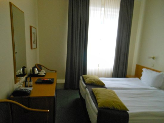 CenterHotel Skjaldbreid: Bedroom, two twins pushed together