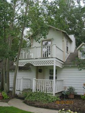 Martha's Vineyard Bed & Breakfast: Tiny but very functional upper balcony for morning coffee!