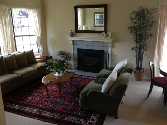 The Pleasant Street Inn: Main Room Sitting Area