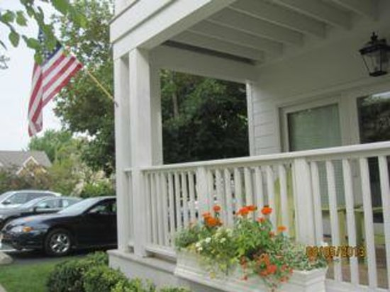Lake Country Inn : Parking & front private deck.