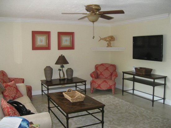 Westwinds Waterfront Resort: living room