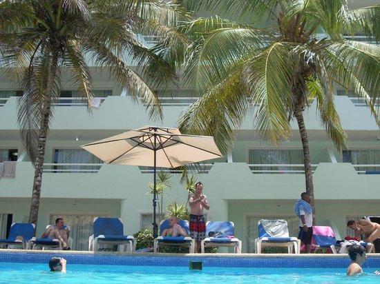 Isla Caribe Beach Hotel: la pile y las habitaciones de fondo