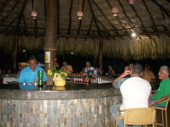 Isla Caribe Beach Hotel: la barrita al lado de la pileta