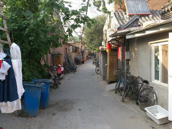 Courtyard View Hotel (Emperors Guards Station HouHai): Down a safe hutong (alley)