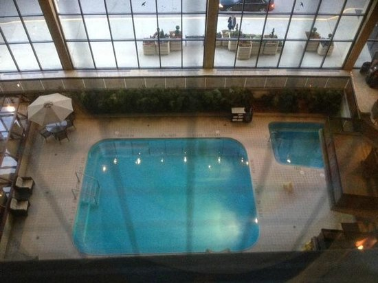 Delta Calgary Airport In-Terminal Hotel: View from room to swimming pool in the lobby