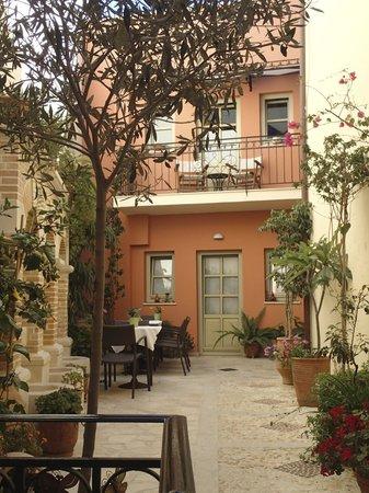 Casa Moazzo Suites & Apartments: Courtyard