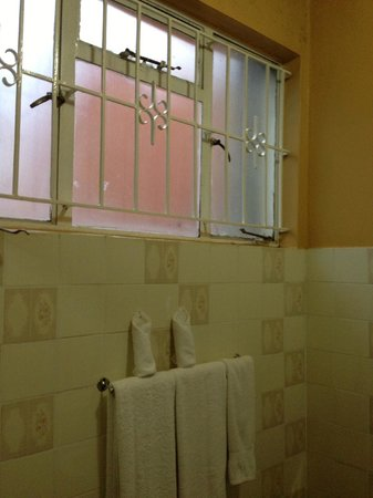 Gracehouse Resort: Bathroom window