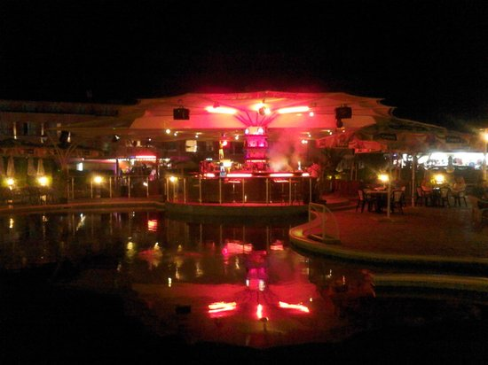 Astoria Hotel: Pool bar in the evening