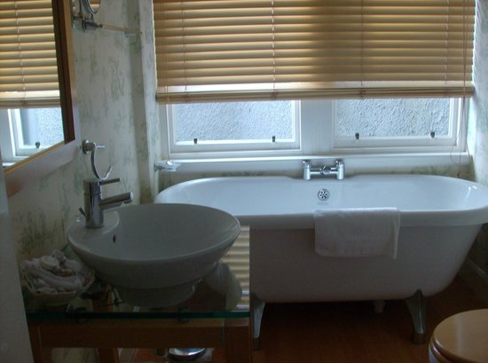 The Boat Hotel: Lovely bathroom for a long soak with a book & a G&T