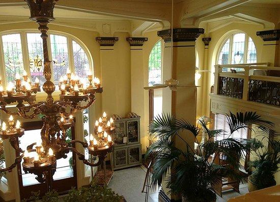 آشلاند سبرينجز هوتل: View from mezzanine