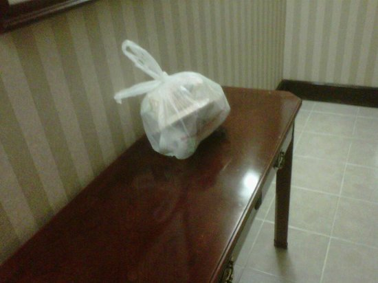 Hampton Inn Gainesville: Trash by the elevators that reamined all night