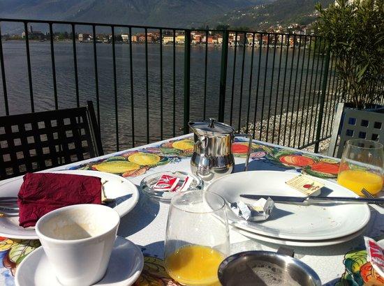 Hotel Regina: desayuno frente el lago