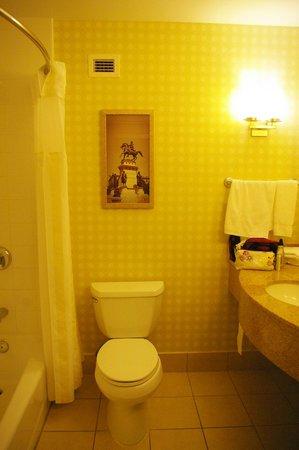 Hilton Richmond Downtown: clean bathroom