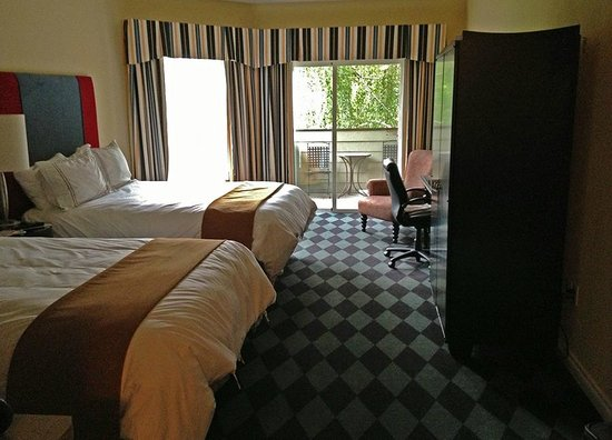 Plaza Inn & Suites at Ashland Creek: Spa Double Queen Room facing creek