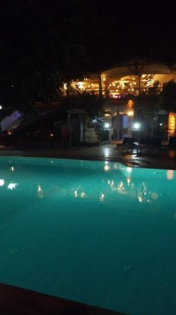 Ata Lagoon Beach Hotel: Ata Lagoon pool and dining area by night