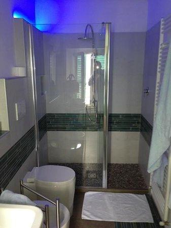 B&B Tre Finestre sul Mare: bagno camera 'pesci' con doccia splendida