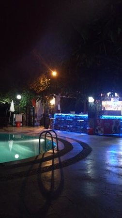 Ata Lagoon Beach Hotel: The bar and pool by night