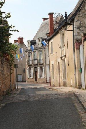 5 Grande Rue : Walk to the chateau