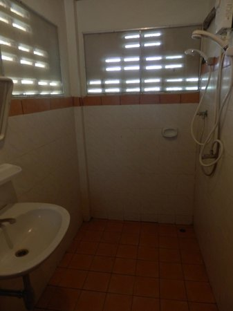 Ananda Villa: shower in garden view hut