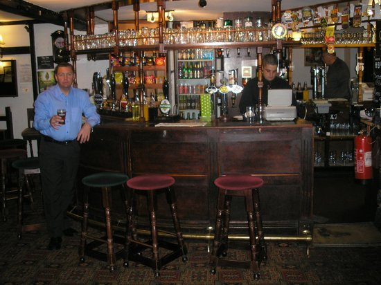 Llanerch Inn 16th Century Hotel: Bar area (Simon at the till).